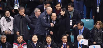 文在寅和金正恩妹妹观看朝韩联队首秀.jpg