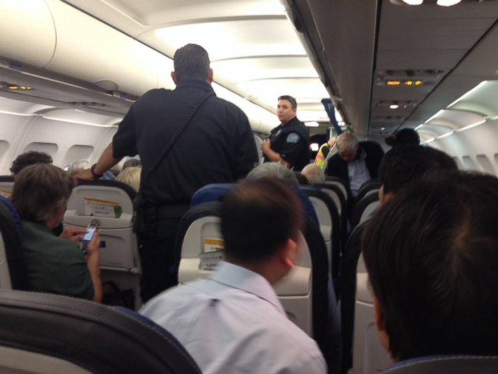 一名女士因抱怨婴儿哭闹而被赶下飞机