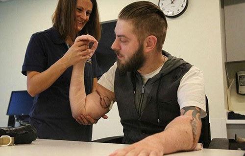 双臂移植让退伍军人重获新生.jpg