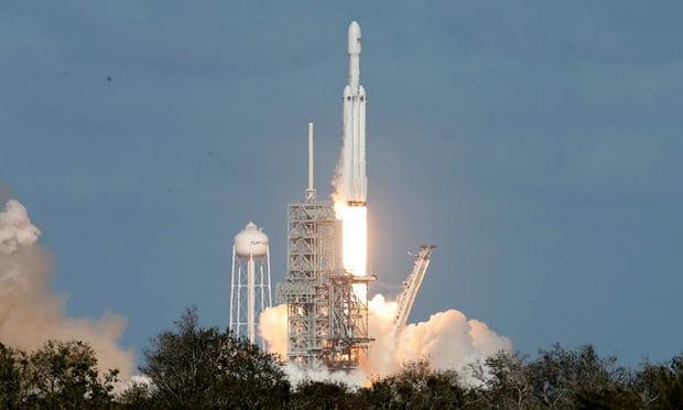SpaceX成功发射猎鹰重型火箭.jpg