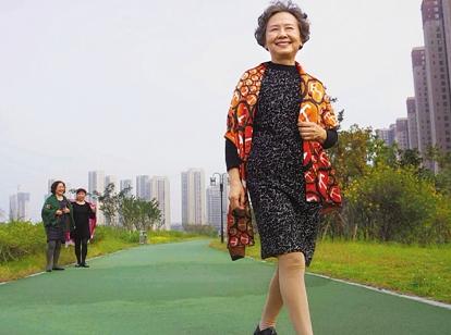 71岁奶奶做淘宝女郎 每天拍100多套服装照片