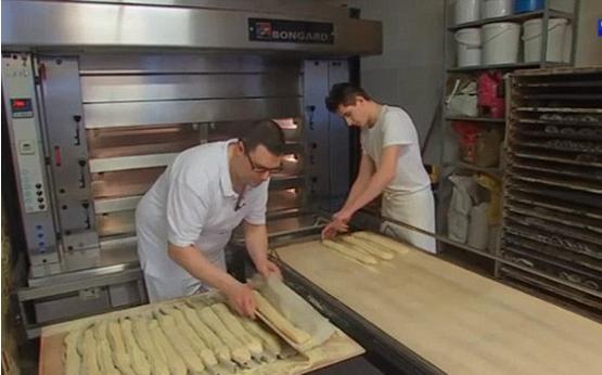 法国面包师因太敬业被罚款.png