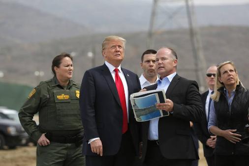 """特朗普赴加州视察美墨边境""""样板墙"""".png"""