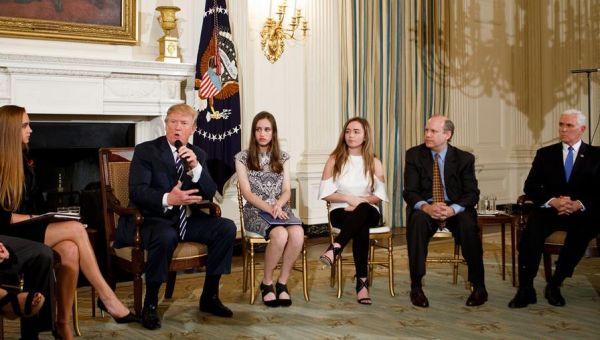 特朗普在白宫举行座谈会.jpeg