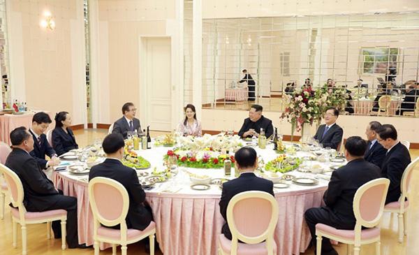 韩国总统特使团与朝鲜劳动党委员长金正恩会面并共进晚餐.jpg