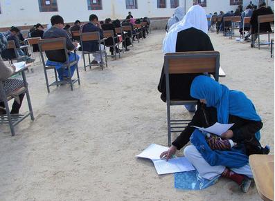 励志! 阿富汗一位母亲抱娃席地参加大学入学考试