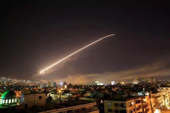 导弹飞过叙利亚首都大马士革上空.jpg