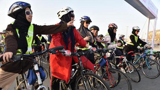 沙特允许女性骑自行.jpg