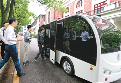 无人驾驶小巴在上海交大校园内试运行