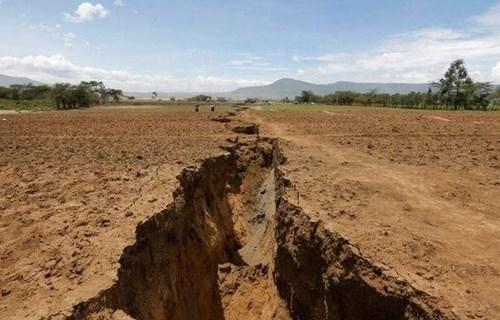 肯尼亚惊现巨大裂缝.jpg