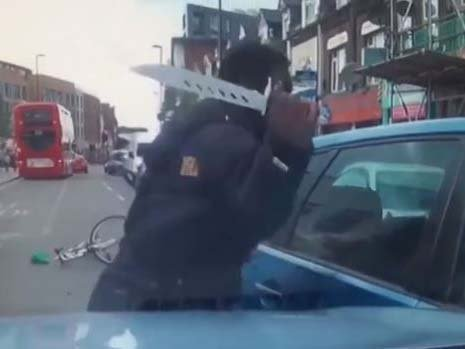 伦敦街头遭遇路怒 骑车男子挥舞10英寸大刀砍人