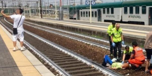男子在意大利火车事故现场自拍引起民愤