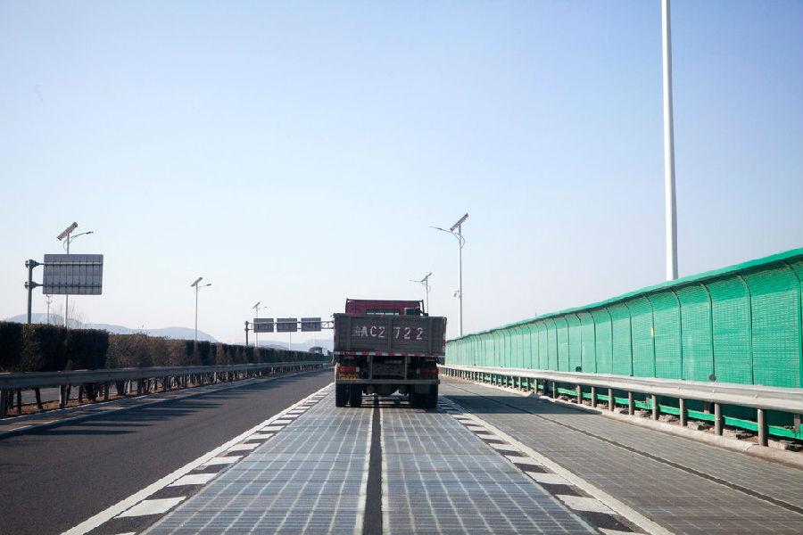 高速路上的免费电力?中国试铺太阳能公路.jpg