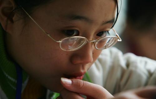 研究显示 长时间待在教室会导致近视