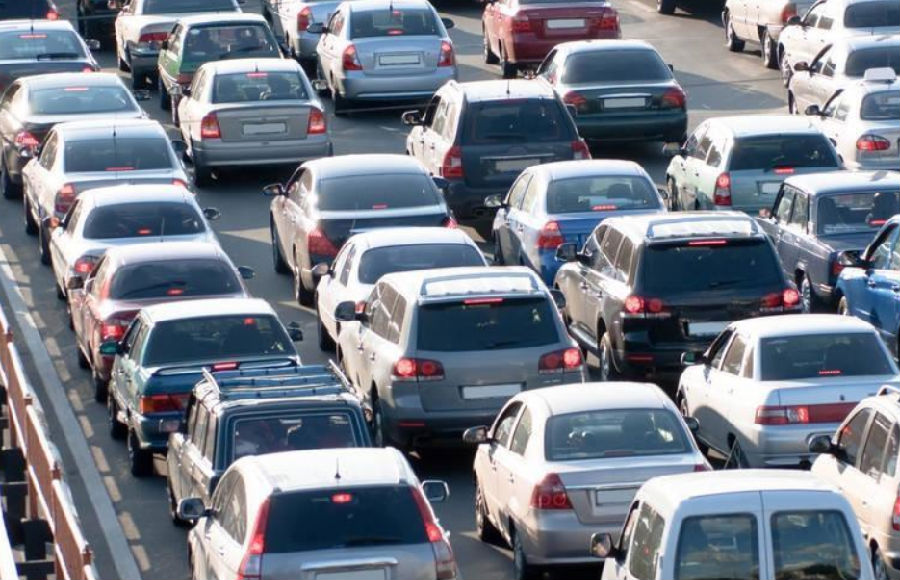 城市里塞满了汽车
