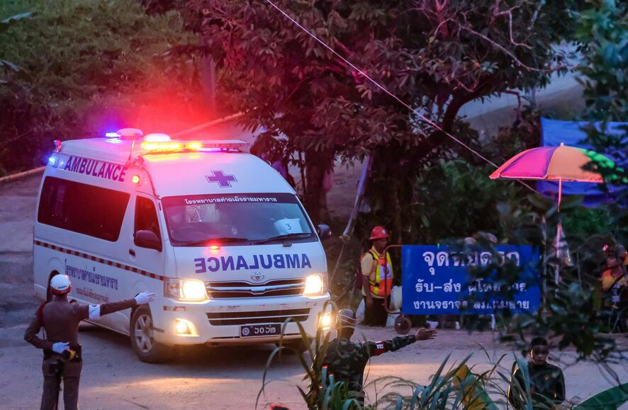 泰国少年足球对有8人获救.jpg