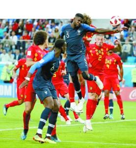 法国队球员乌姆蒂蒂(上)在半决赛中头球破门.jpg