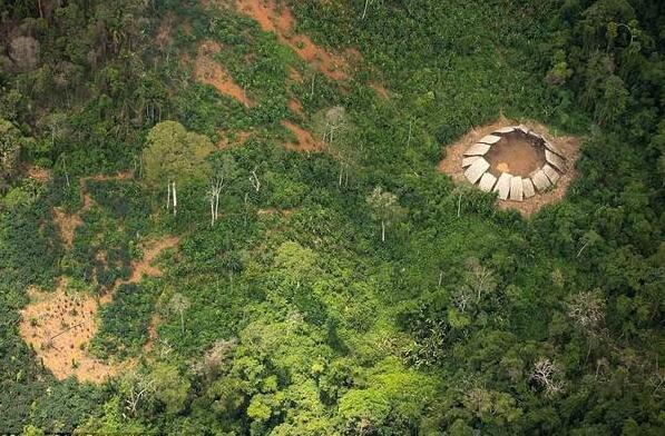 无人机拍到与世隔绝的亚马逊部落.jpg
