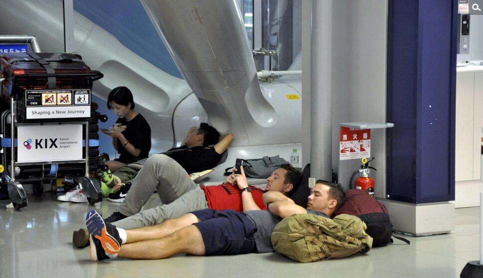 超强台风袭击日本关西国际机场.jpg