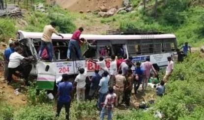 印度南部一辆巴士翻车 事故遇难人数达50人