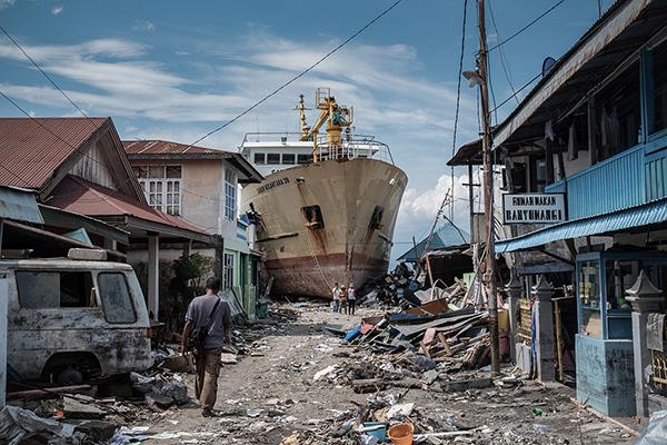 印度尼西亚地震和海啸灾区一片狼藉.jpg
