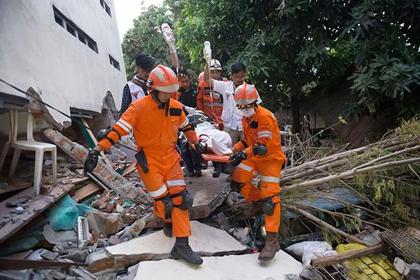 印尼正紧张地进行救援工作.jpg