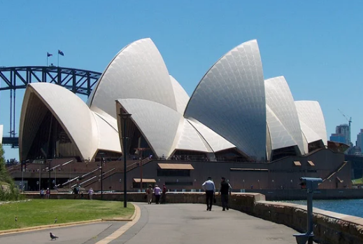 悉尼歌剧院投射赛马广告引发争议