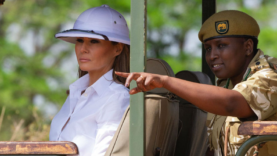 梅拉尼娅头戴木髓头盔 引发非洲群众不满