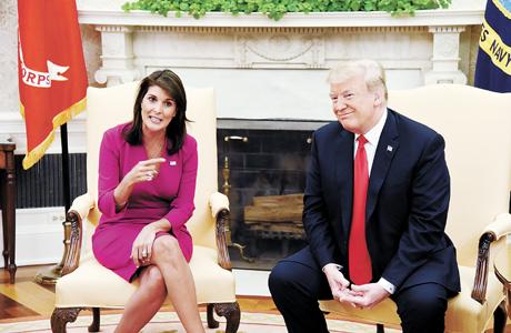 美国总统特朗普(右)与美国常驻联合国代表黑莉共同会见媒体.jpg