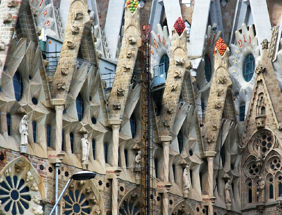 巴塞罗那教堂施工130年终获建筑许可.jpg