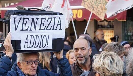 威尼斯人抗议邮轮造成环境污染.jpg