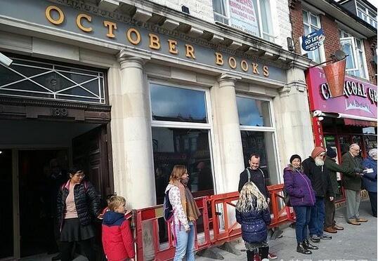 英国一书店搬迁 众人徒手接力搬书.jpg