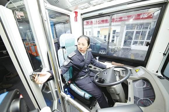 让司机好好开车! 多地公交加装司机隔离门!