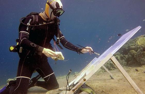 俄罗斯画家海底作画 独特风格令人赞叹