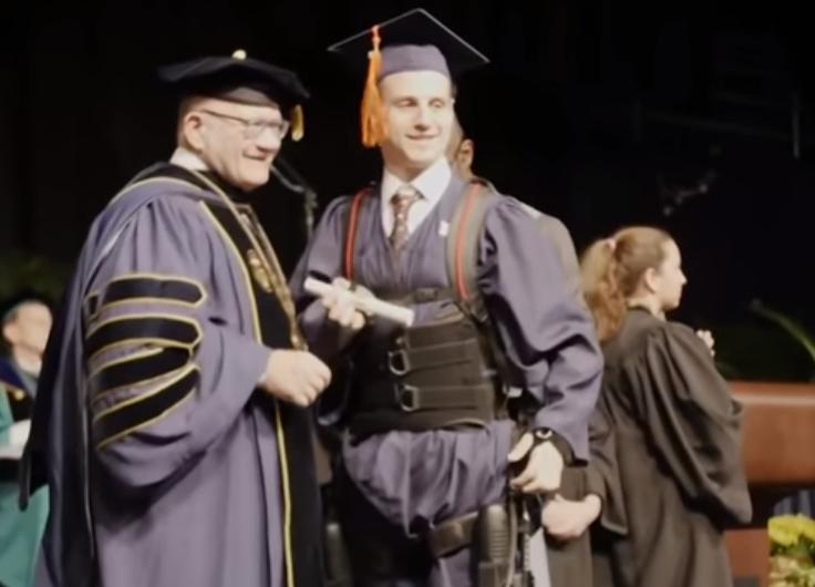 瘫痪学生走上台领取毕业证书.png