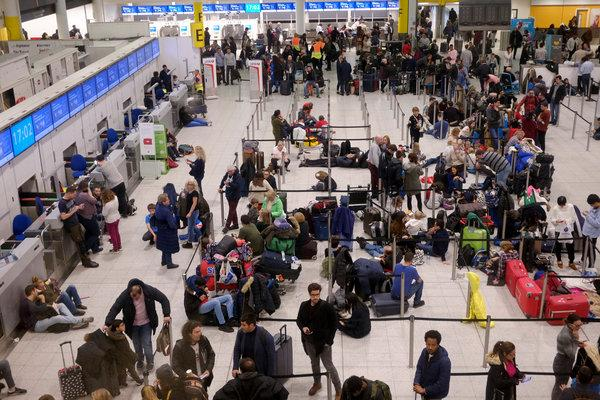 无人机扰乱英国机场.jpg