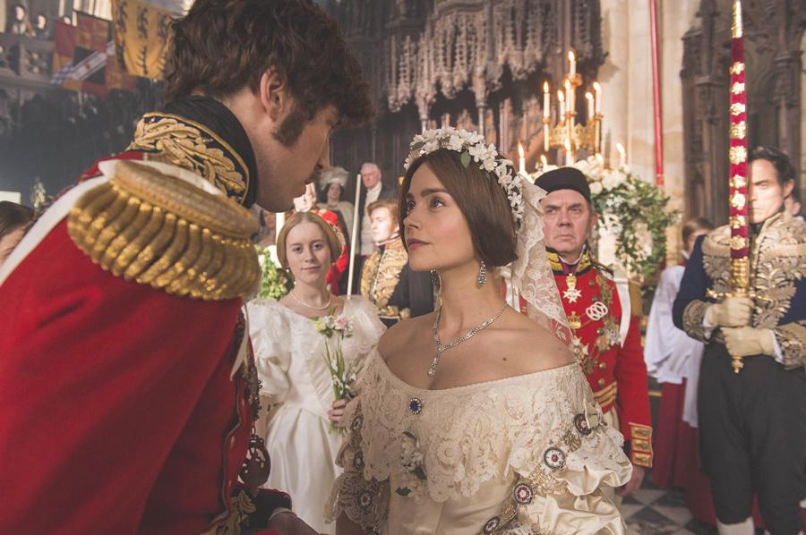 英剧《维多利亚》居然在美国先上映,英国粉丝怒了.jpg