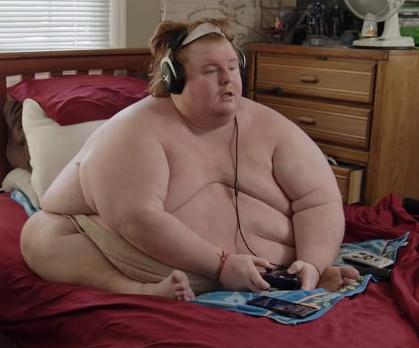 美国707磅男子每天裸身打游戏 打算吃到死为止