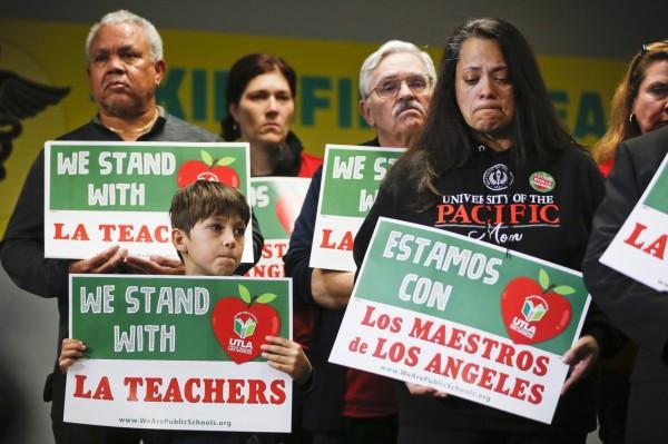 洛杉矶数万名教师举行大罢工.jpg