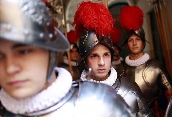 梵蒂冈卫队戴3D打印塑料头盔.jpg