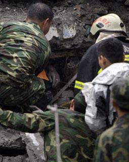人民解放军战士在努力挖掘埋于一座大厦废墟中的幸存者-图文阅读 四