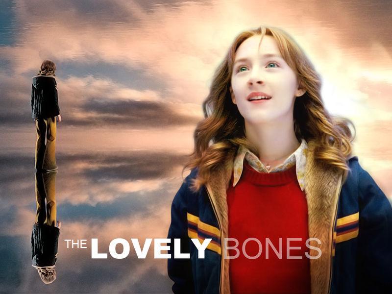 剧情简介 就像《绝望主妇》的玛瑞-艾丽斯一样,享年14岁的小苏茜的灵魂也同样徘徊在人间久久不肯离去,俯瞰着地上的人们。遗憾的是,这位可爱的小姑娘如此执着的原因,却与前者迥异;并非自杀的小苏茜,于1973年12月6日被歹人在放学回家的路上诱骗到覆盖着白雪的玉米地旁边的一间小破屋里先奸后杀不到三个星期就是圣诞节了,但美好的圣诞故事却永远等不到她出现了。最可恶的是,这场系列虐童杀人案的真凶竟然就是邻居家的养花怪叔叔,父母以泪洗面、警察无计可施的同时,卑鄙的恶魔兀自逍遥法外。不怪小苏茜才死不瞑目,只怪人间